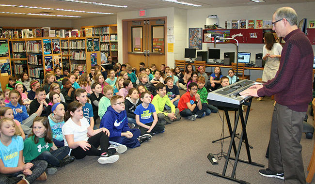 Richie Phillips plays music for students